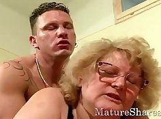 Big boobed granny pounded on bed with a masseur